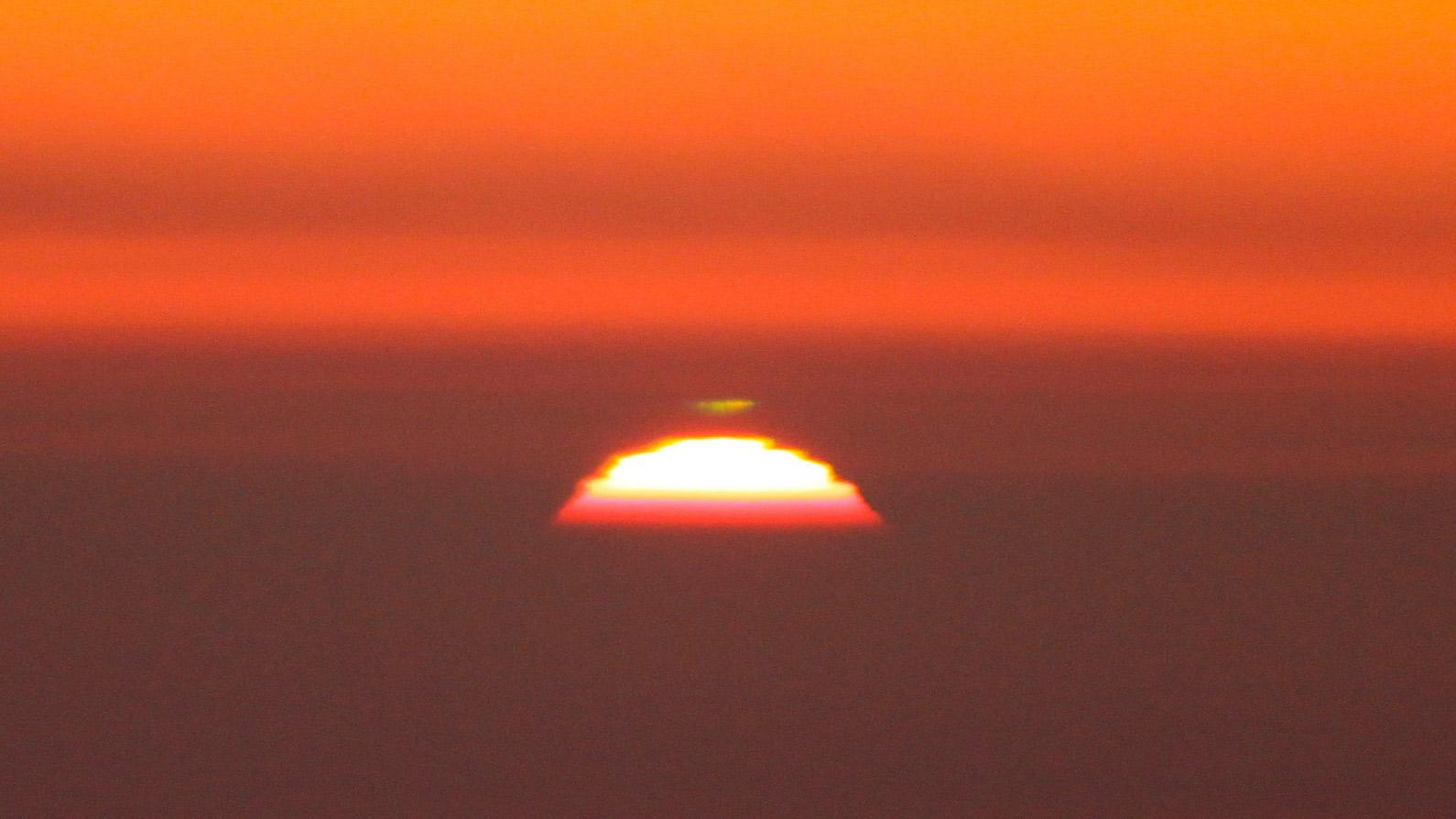 At the Right Place at the Right Time to See a Rare Green Flash Figure