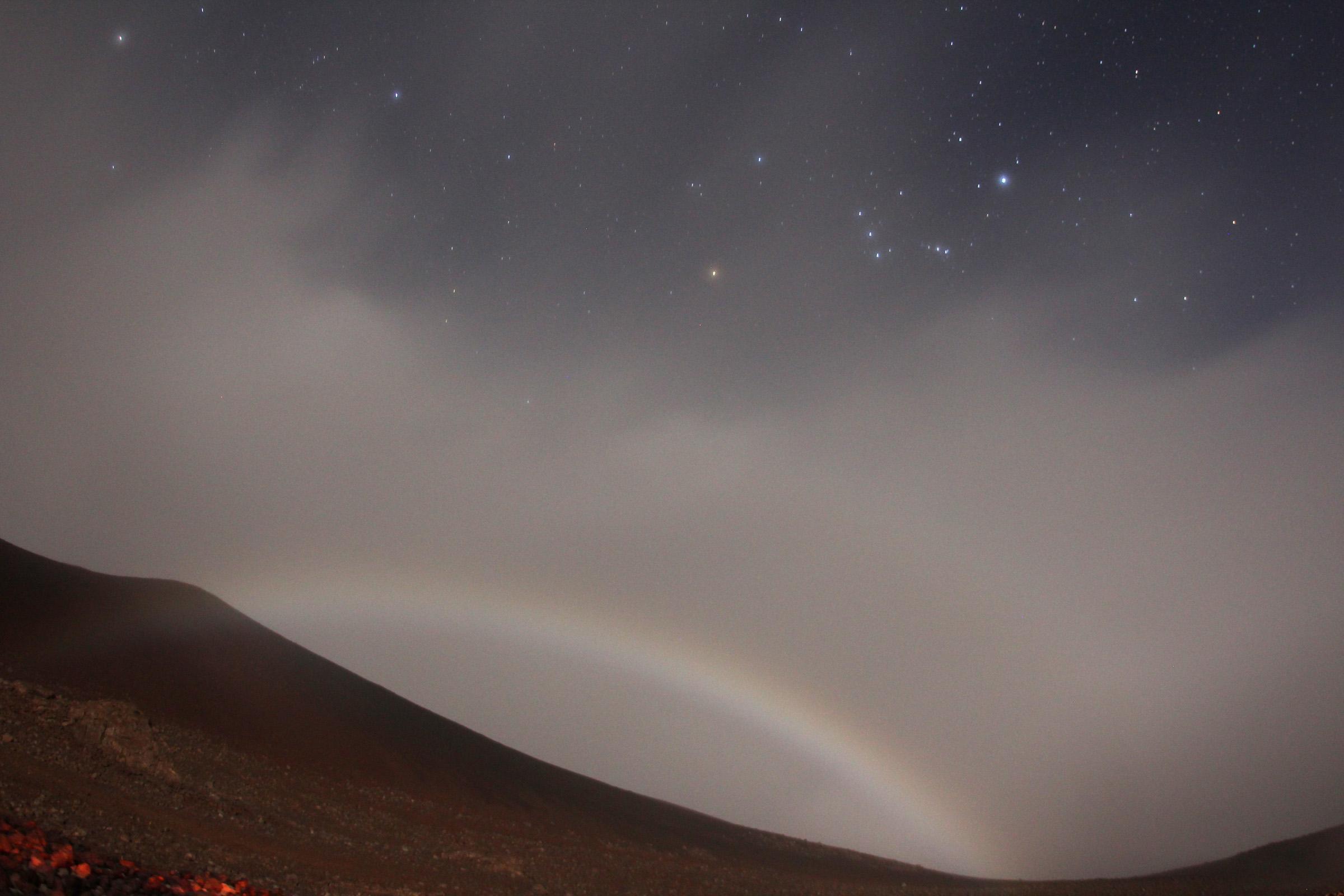 見た人は幸せに?マウナケアで撮影された月の虹 図