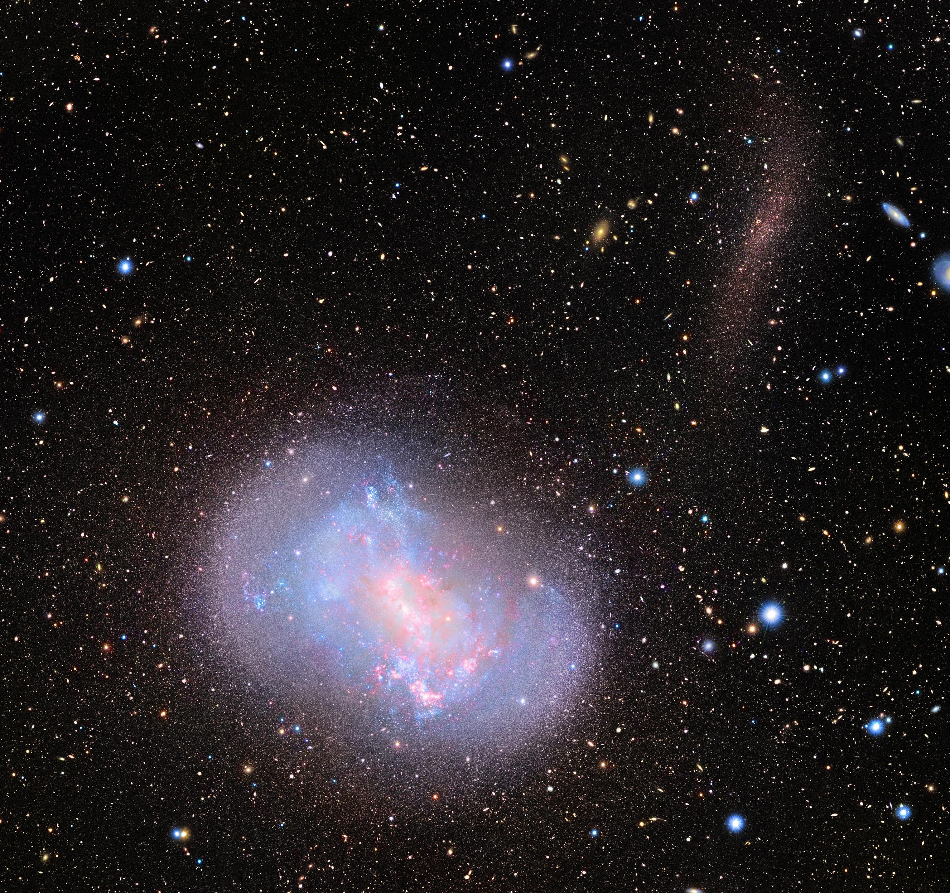 銀河に流れ込む「星の小川」 ~ すばる望遠鏡が写した銀河合体の現場 図